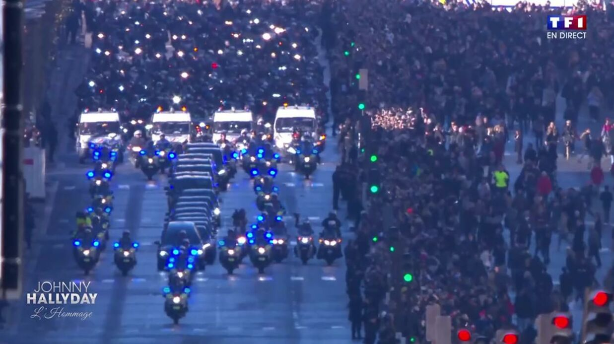 Mort de Johnny Hallyday: le cortège des bikers descend les Champs-Elysées