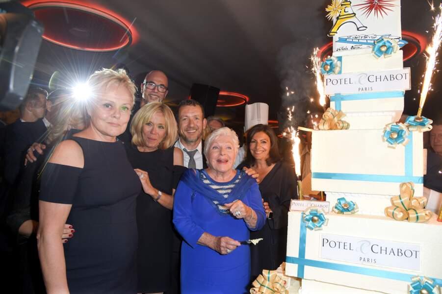 Un anniversaire en grande pompe pour Line Renaud en compagnie de stars et d'un énorme gâteau