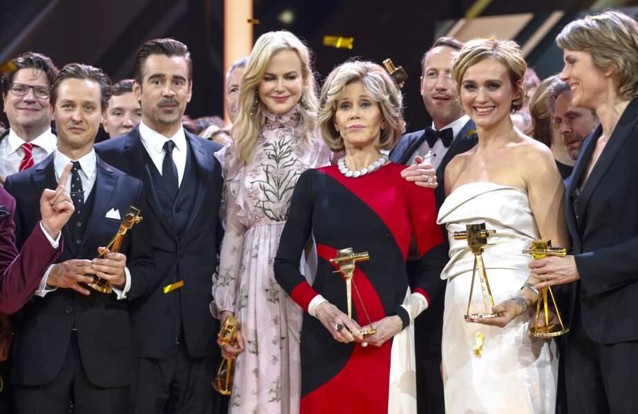 L'étrange visage de Nicole Kidman : Même sur la photo de groupe, on ne voit que ça