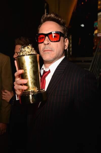 Robert Downey Jr et son trophée