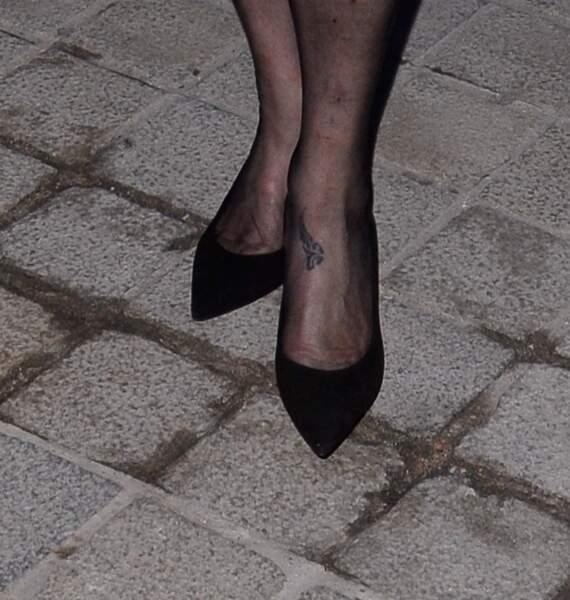 Le tatouage de Catherine Deneuve au défilé Louis Vuitton lors de la fashion week de Paris, le 6 mars