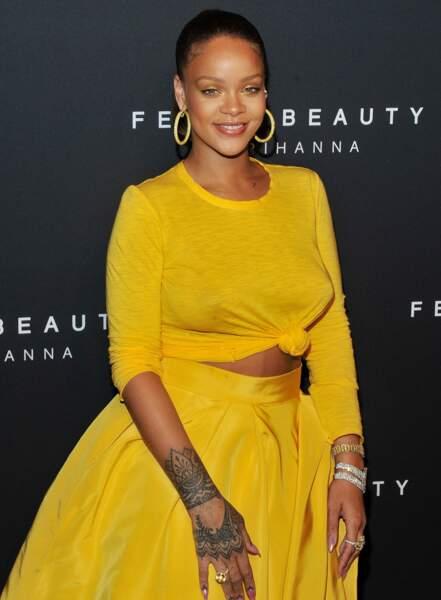 Rihanna plus belle et sexy que jamais dans un ensemble dévoilant sa poitrine