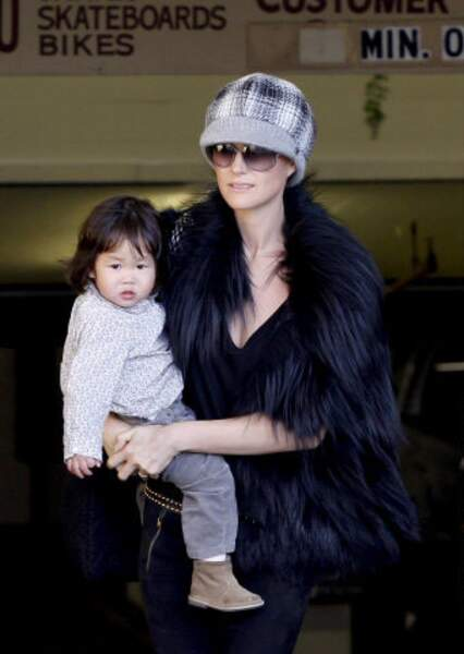 2009 : Laetitia Hallyday sort d'un nail bar de Pacific Palisade avec sa fille Joy