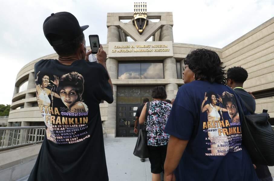 Les fans d'Aretha Franklin au musée d'histoire afro-américaine Charles H. Wright, à Détroit