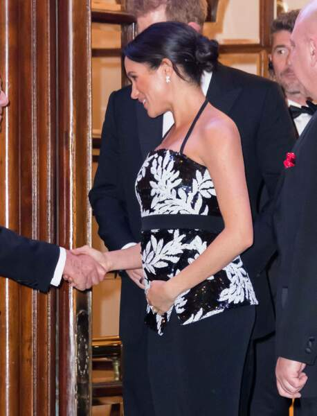 Meghan Markle au Royal Variety Performance la main sur le ventre, déjà très protectrice de son futur enfant