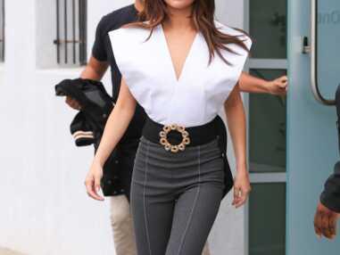 Selena Gomez ose le top largement ouvert sur le côté et finit… seins à l'air