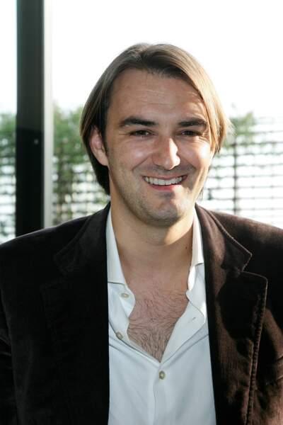 Cyril Lignac en 2009 c'était ambiance chemise ouverte sur torse velu.