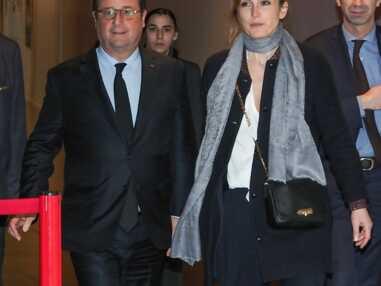 Julie Gayet et François Hollande de plus en plus complices devant les photographes lors d'une première