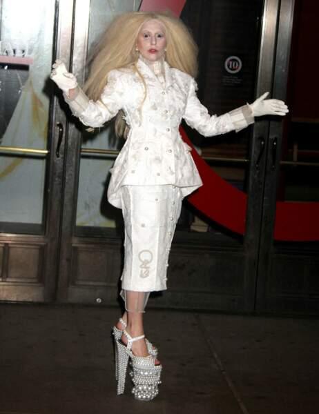 Lady Gaga semble sortie d'un film de Tim Burton