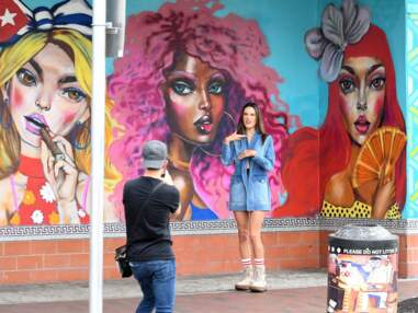 Alessandra Ambrosio dévoile un téton en plein shooting dans la rue