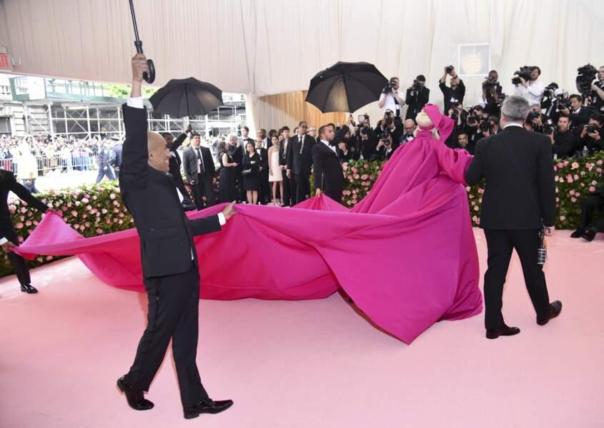 Lady Gaga finit en lingerie sur le tapis rouge après un strip-tease