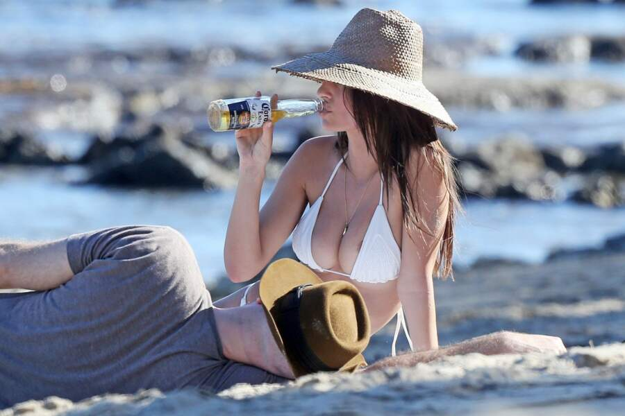 Boire pour oublier qu'on a mal ajusté son bikini (Emily Ratajkowski)
