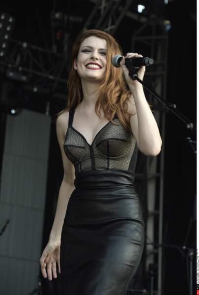 Cuir, décolleté et maquillage parfait : la chanteuse ne laisse rien au hasard quand elle monte sur scène