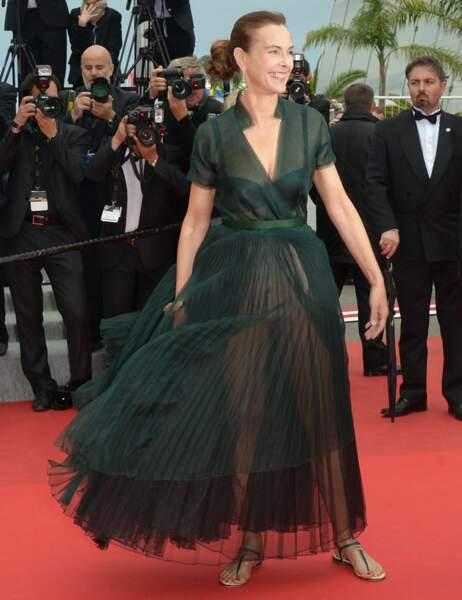 Il suffit d'un peu de mistral pour dévoiler les dessous de la robe de Carole Bouquet...