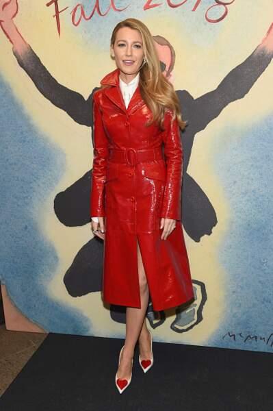 Blake Lively avec son manteau en vinyle rouge