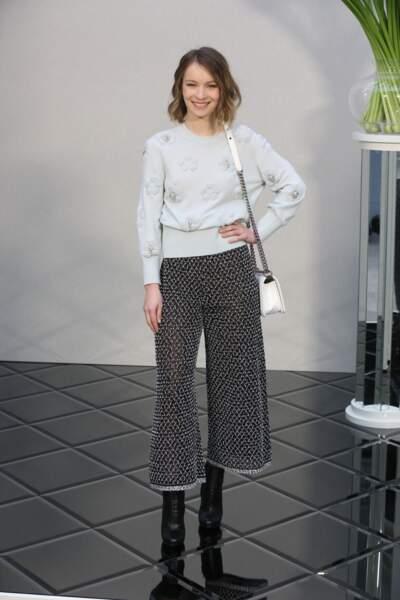 Défilé Chanel Haute Couture : l'actrice Diane Rouxel (La Tête Haute)