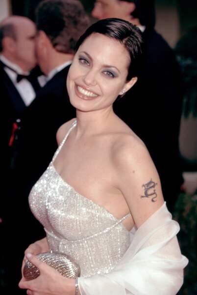 Au-dessus de son tatouage dragon, Angelina Jolie avait inscrit le nom de son premier époux, Billy Bob