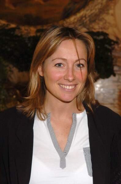Retour sur l'évolution look d'Anne-Sophie Lapix : toujours en 2005, en version plus sage
