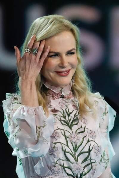 L'étrange visage de Nicole Kidman : Lorsqu'elle soulève une mèche de cheveux, elle se montre plus bouffie