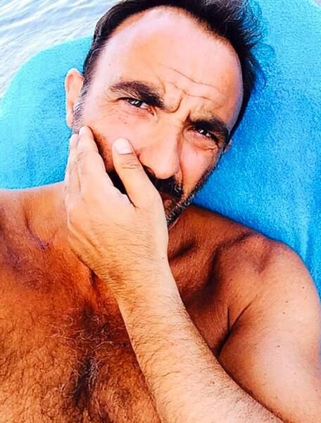 Tranquille sous le soleil, il s'est laissé pousser la barbe et la moustache