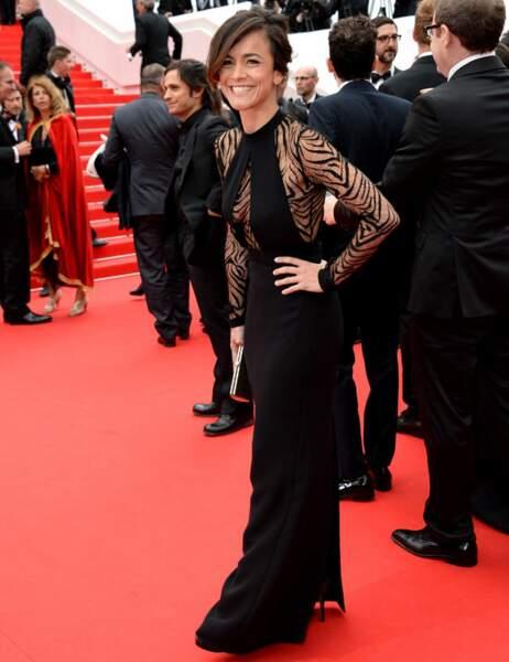 Alice Braga très sexy dans sa petite robe noire zébrée