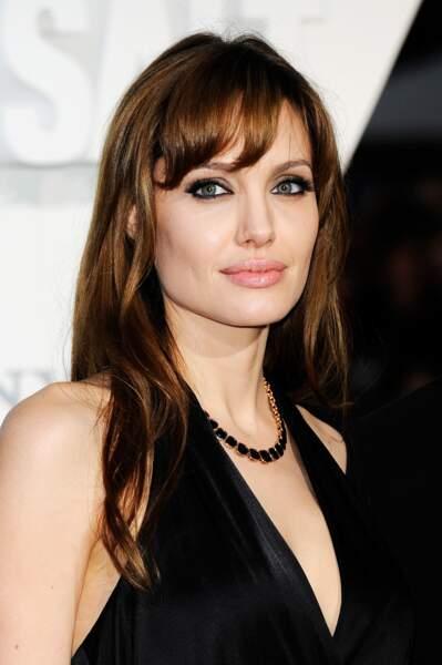 Visage allongé : adoptez une frange bombée sur le côté à la Angelina Jolie