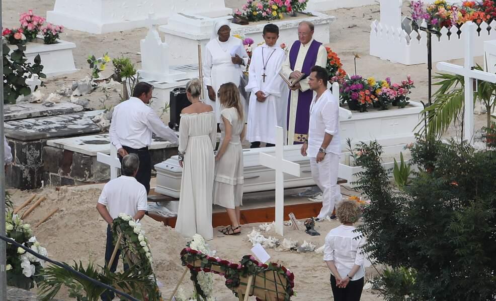 Obsèques de Johnny Hallyday : les proches effondrés avant l'inhumation du chanteur