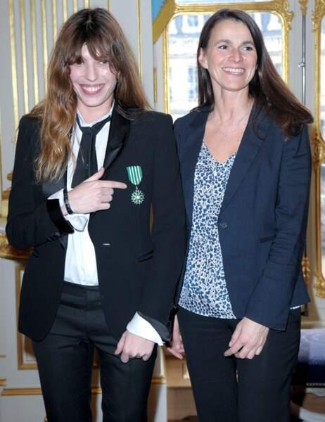 Lou Doillon, très fière de sa médaille, et Aurélie Filippetti