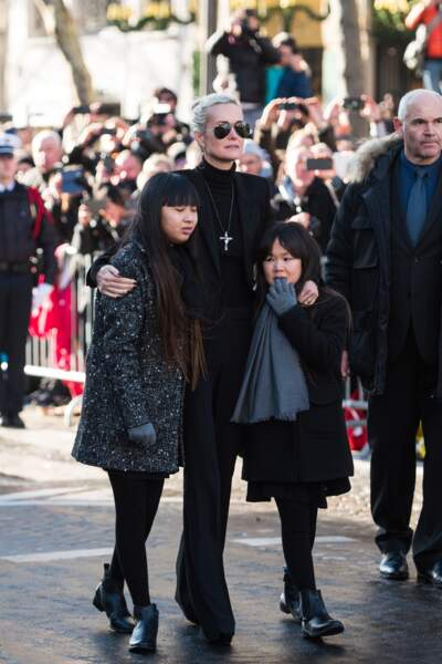 Laeticia Hallyday porte la croix de Johnny Hallyday