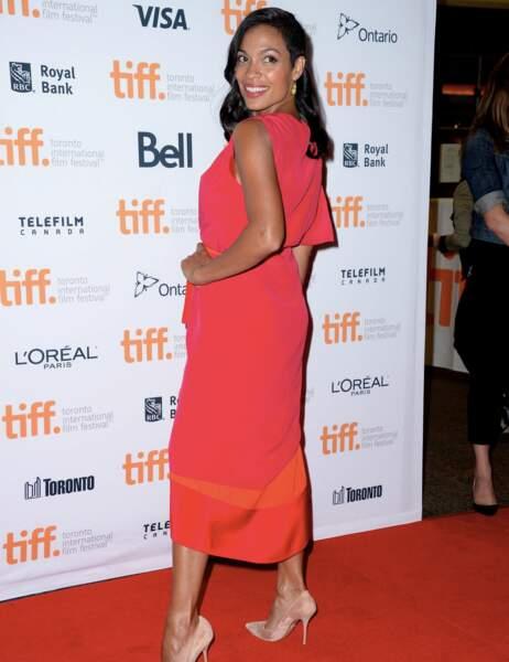 Rosario Dawson, glamour en rouge