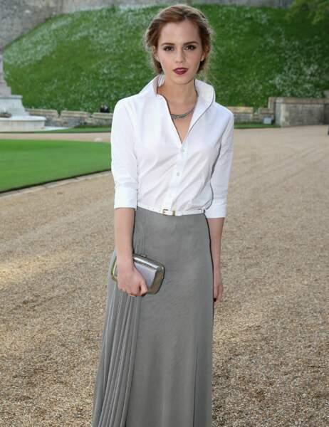 Emma Watson était très élégante en chemisier blanc et longue jupe de satin grise