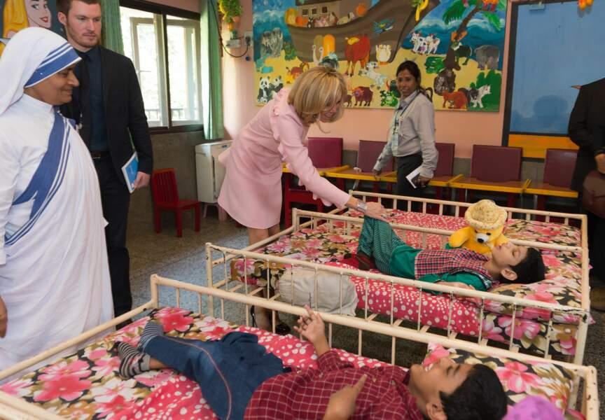 En Inde, Brigitte Macron est allée à la rencontre de jeunes enfants dans un orphelinat à New Delhi