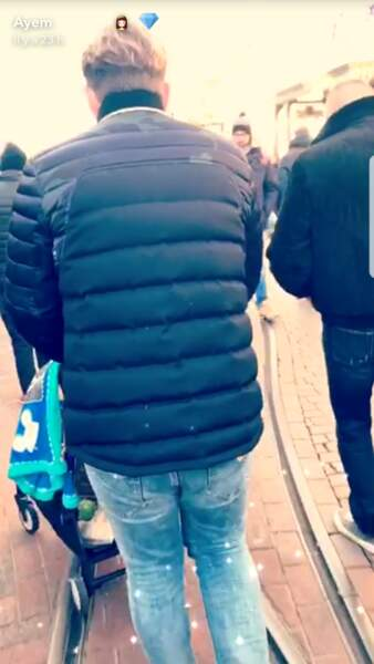 Vincent Miclet maniant la poussette où se trouve Ayvin