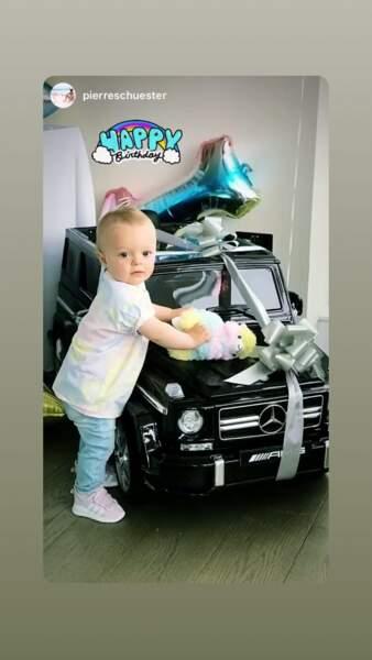 Parmi ses somptueux cadeaux, le petit garçon a reçu une jolie et grosse voiture de luxe
