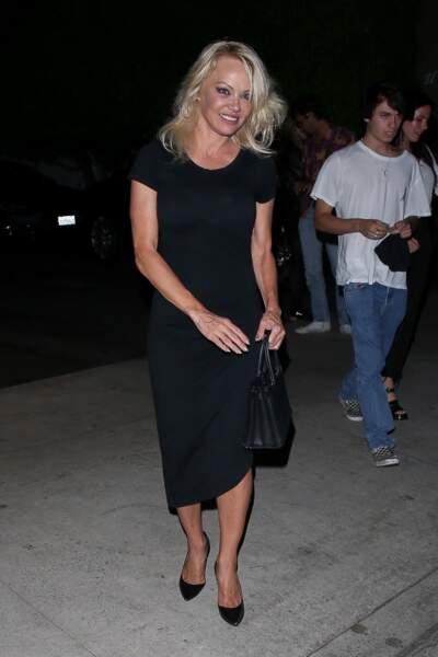 Pamela Anderson est souriante