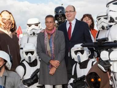 Albert II de Monaco à un événement caritatif entouré de personnages de Star Wars