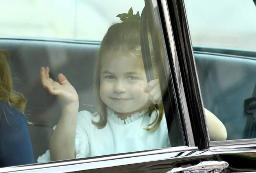 A 3 ans, la princesse Charlotte maîtrise le salut royal comme personne !