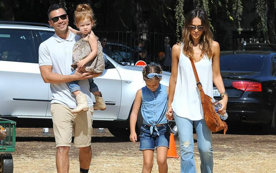 Jessica Alba arrive en famille