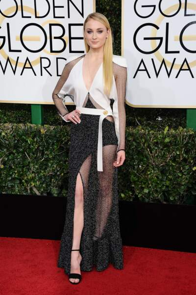 Golden Globes 2017 : Sophie Turner sexy en Louis Vuitton