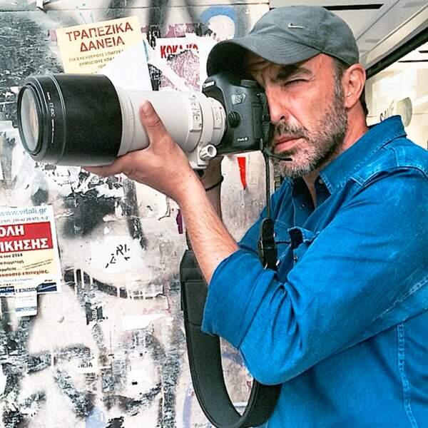 Là-bas, il s'adonne à sa passion pour la photographie