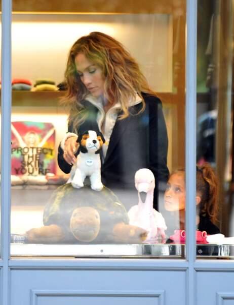 Elle passe chez Marc Jacobs pour acheter des peluches à ses jumeaux, Max et Emme...