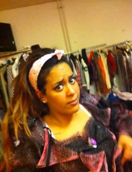 Amel Bent n'a pas l'air très heureuse de son costume
