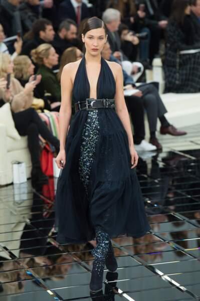 Défilé Chanel Haute Couture : Bella Hadid portait une robe noire ceinturée et des shoes à paillettes