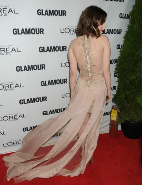 Sa robe nude la met particulièrement en valeur
