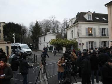 PHOTOS Mort de Johnny Hallyday : qui sont ceux qui se rendent dans la maison familiale à Marnes-la-Coquette ?