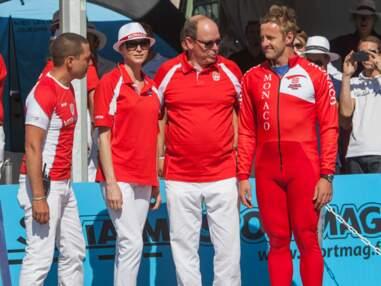 Albert II de Monaco gagne un prix de pétanque devant Charlène de Monaco