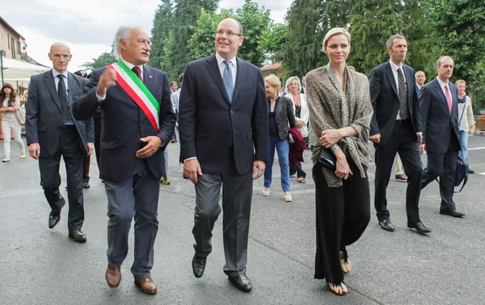 Albert et Charlène visitent la ville avec le maire