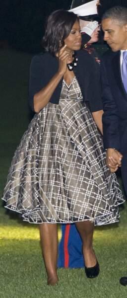 Cardigan court et robe 50's : un classique pour Michelle Obama