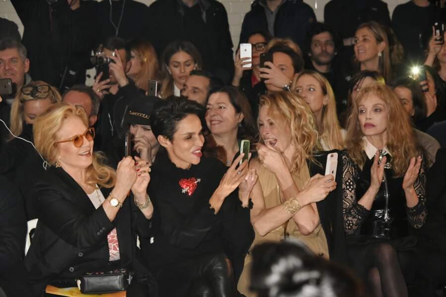 Sylvie Vartan, Farida Khelfa, Estelle Lefébure (très joyeuse) et Arielle Dombasle ont adoré le show
