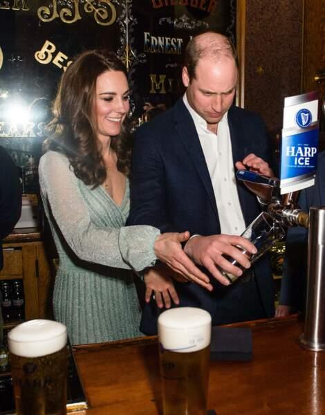Kate Middleton et le prince William s'éclatent en servant des bières à Belfast